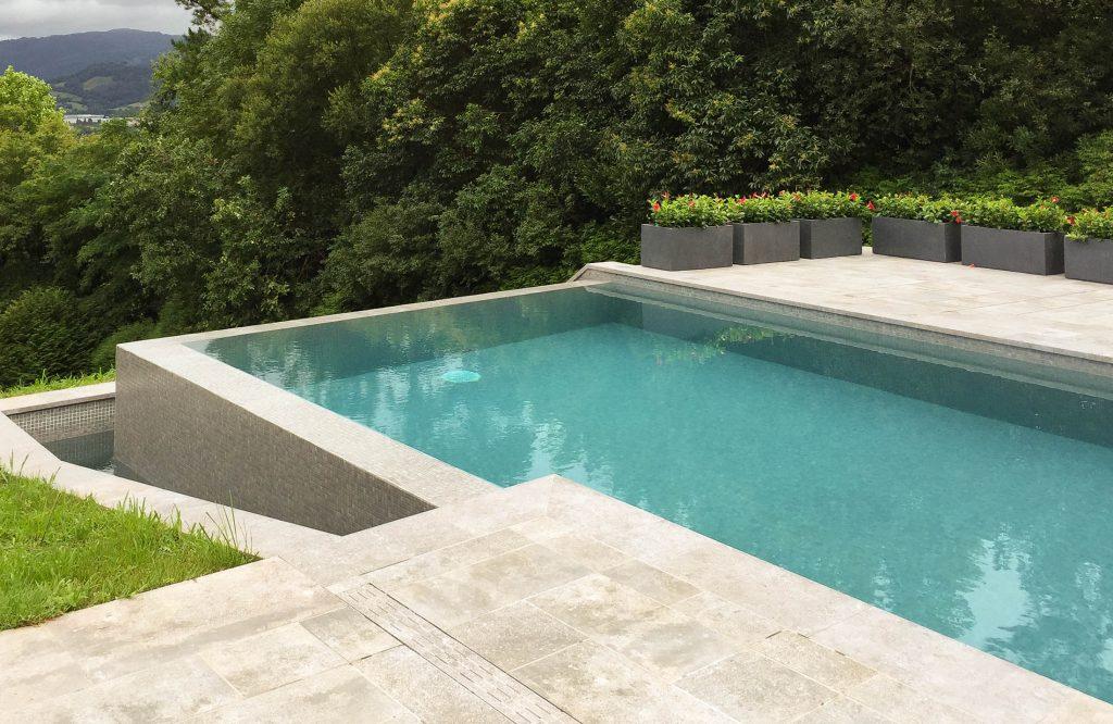Piscina privada en pe as de aia pressing piscinas for Piscina intxaurrondo